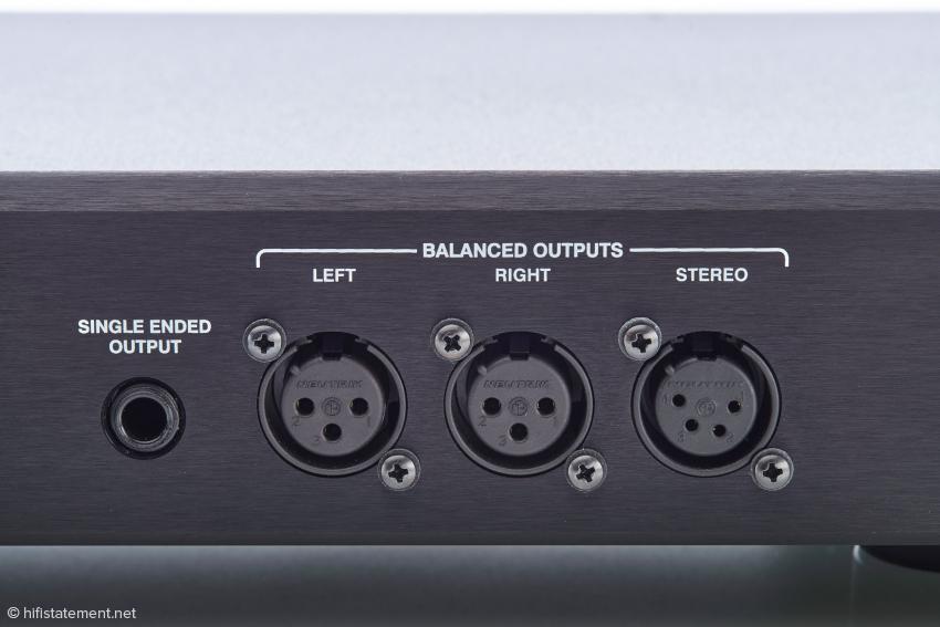 Links die 6,3-Millimeter-Klinkenbuchse zum Anschluss unsymmetrischer Kopfhörer. Symmetrische können über die vierpolige Stereo- oder die kanalgetrennten dreipoligen XLR-Buchsen verbunden werden