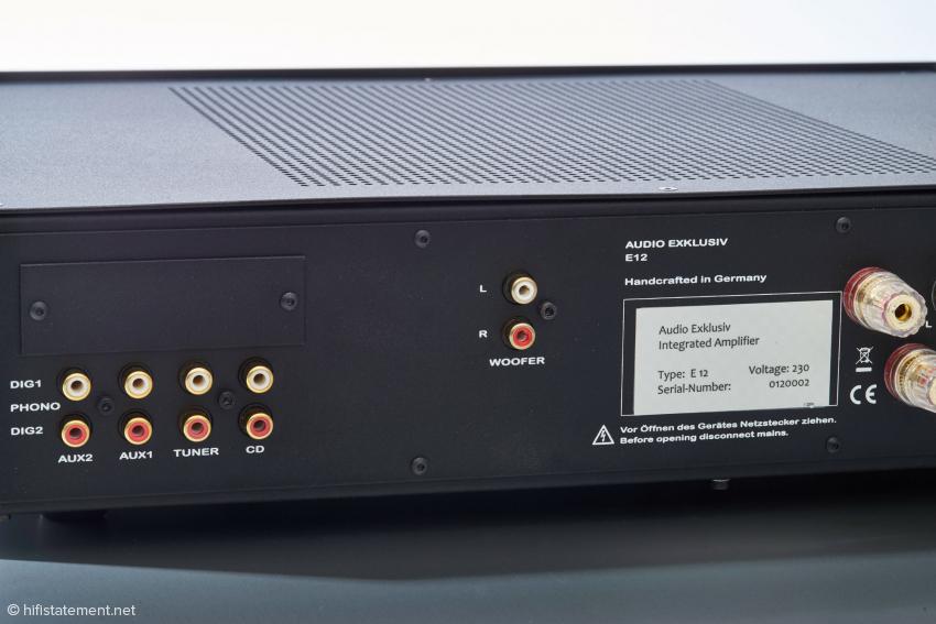 Die Rückseite bietet den zusätzlichen, geregelten Ausgang und hinter der Blende oberhalb der RCA-Eingänge den Schacht für eine Phono- oder DA-Wandler-Platine