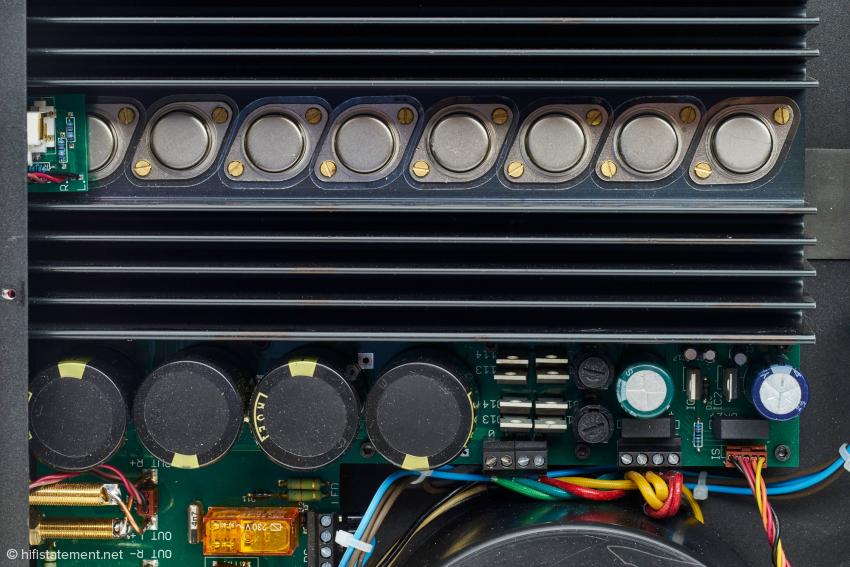 Acht Leistungs-Transistoren generieren die zweimal 85 Watt an 8 Ohm oder zweimal 140 Watt an vier Ohm