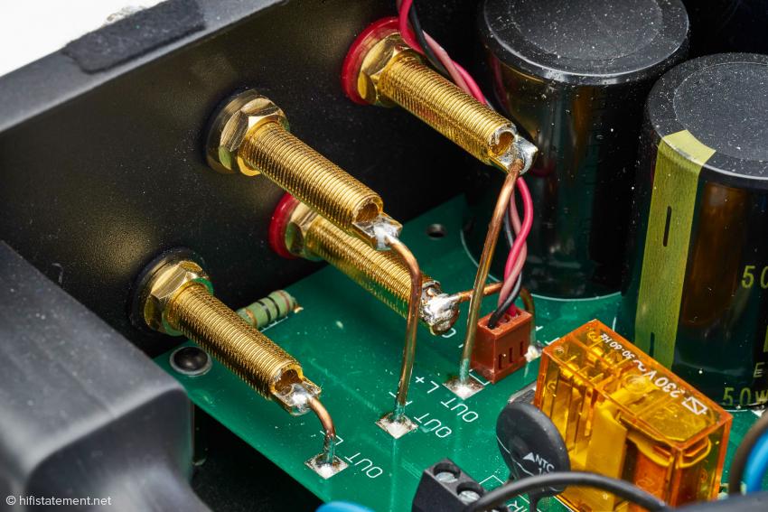 Keine simplen Drähte sondern massive Kupfer-Leiter verbinden die Ausgangs-Platine mit den Lautsprecher-Anschlüssen, die für Bananas, Gabelschuhe und freie Kabelenden geeignet sind