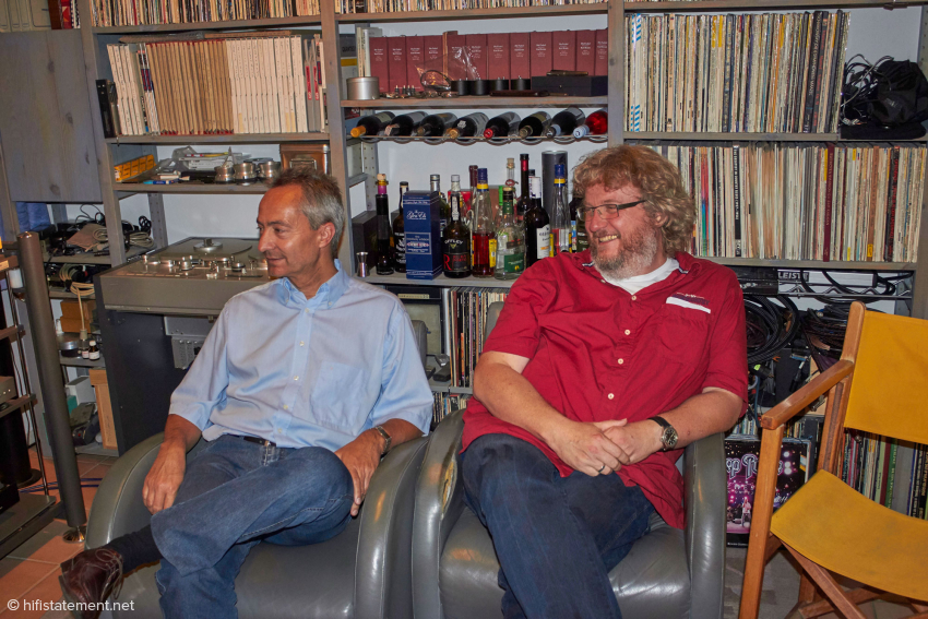 Auch stundenlange Hörvergleiche machen Roland Dietl und Carsten Hicking offensichtlich Spaß