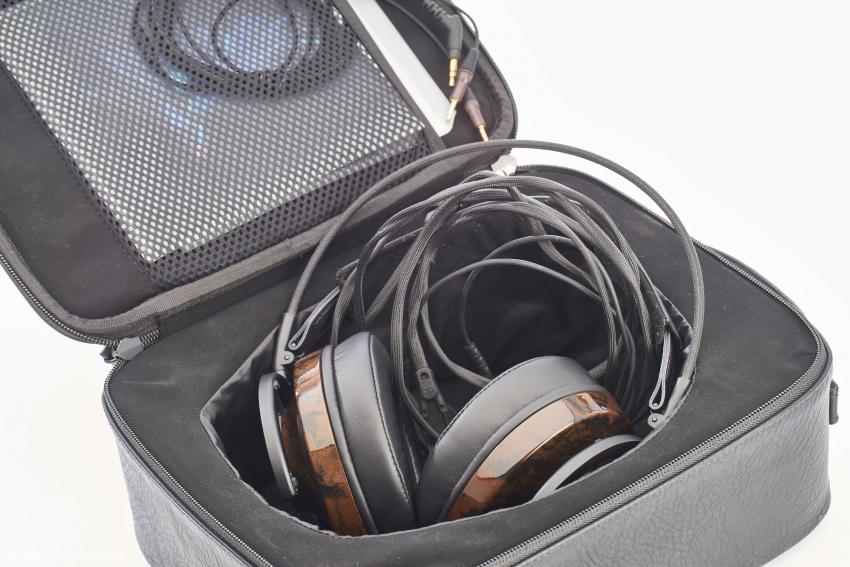 Der Kopfhörer wird mit in einer praktischen Aufbewahrungsbox mit zwei Kabelsätzen geliefert