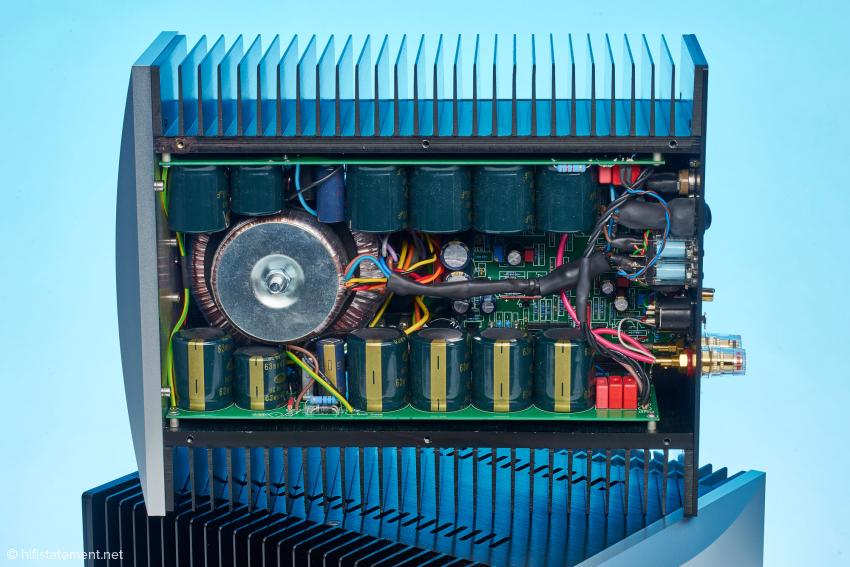 Zwei Trafos und damit auch zwei separate Netzteile mit eigenen Siebkapazitäten versorgen die Treiberstufen und die Endstufe. Insgesamt arbeiten in einer Endstufe sechs diskret aufgebaute Regler