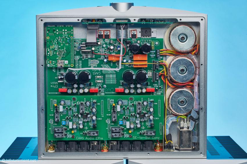 Die kanalgetrennten Audioschaltungen und die Steuerungs- und Kontrollelektronik werden jeweils von eigenen Netzteilen versorgt. Die Lautstärkeregelung mit Metallfilmwiderständen und Relais ist hier leider verdeckt