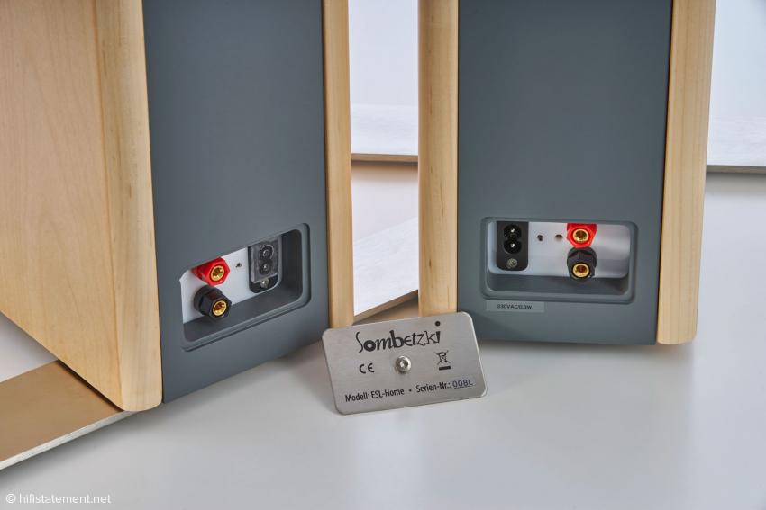Um jeder Aufstellungssituation gerecht zu werden, befinden sich an beiden Lautsprecher jeweils zwei Strom- und Audioeingänge