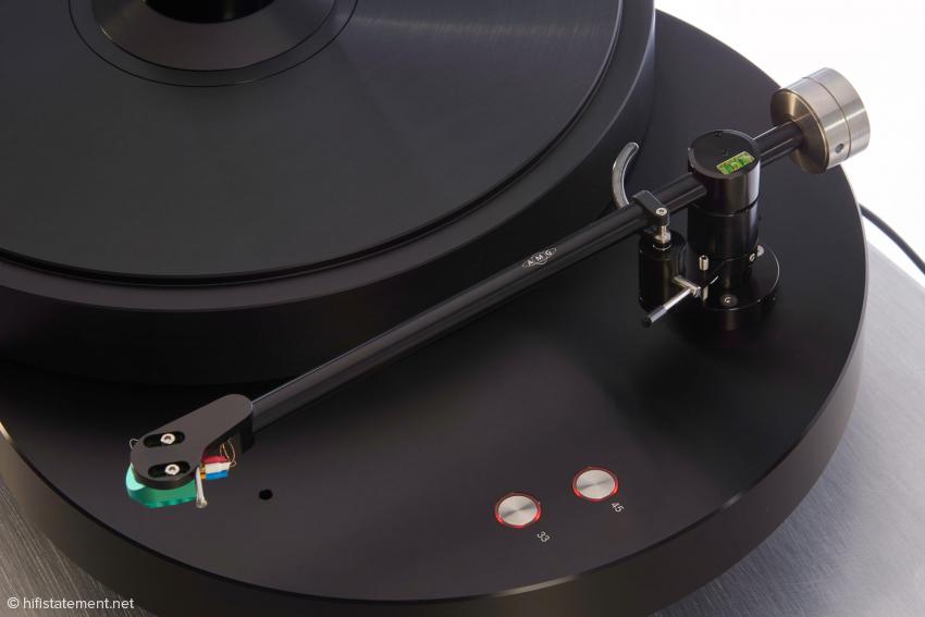 Der Druck auf eine der Tasten startet den Betrieb in der entsprechenden Geschwindigkeit, der Ring leuchtet dann grün. Abermaliger Druck auf dieselbe Taste stoppt den Plattenteller