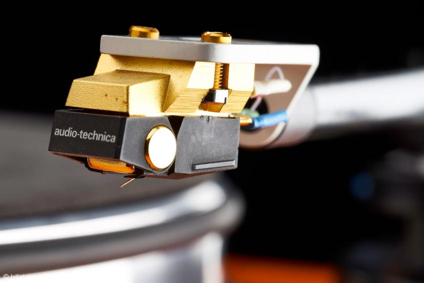Absolut keine milde Dreingabe. Das AT-150MLX mit Microlinear-Nadel auf vergoldetem Bornadelträger ist das größte Moving-Magnet System von Audio Technica