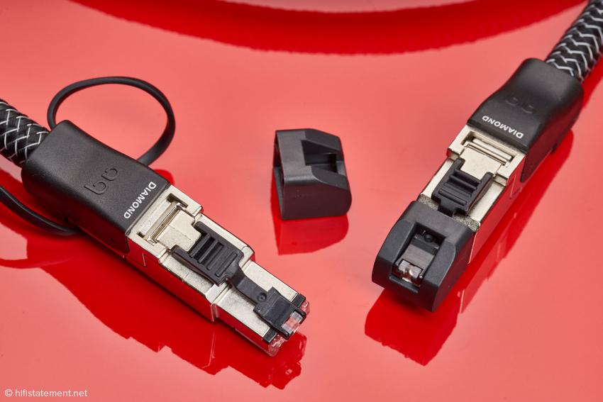 Die Kontakte der Telegärtner-Stecker werden von einer Plastikkappe geschützt, die erst bei Druck auf die Entriegelungstaste entfernt werden kann