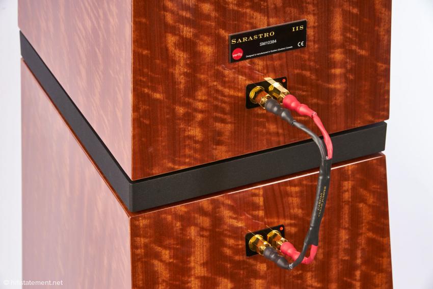 Bei der Sarastro IIS wäre Bi-Wiring oder BiAmping möglich. Bei solch hochwertigen Kabelbrücken von Cardas, die Sieveking Sound als der deutsche Vertrieb der Kabelspezialisten umsichtigerweise mitlieferte, habe ich daran aber keinen Gedanken verschwendet