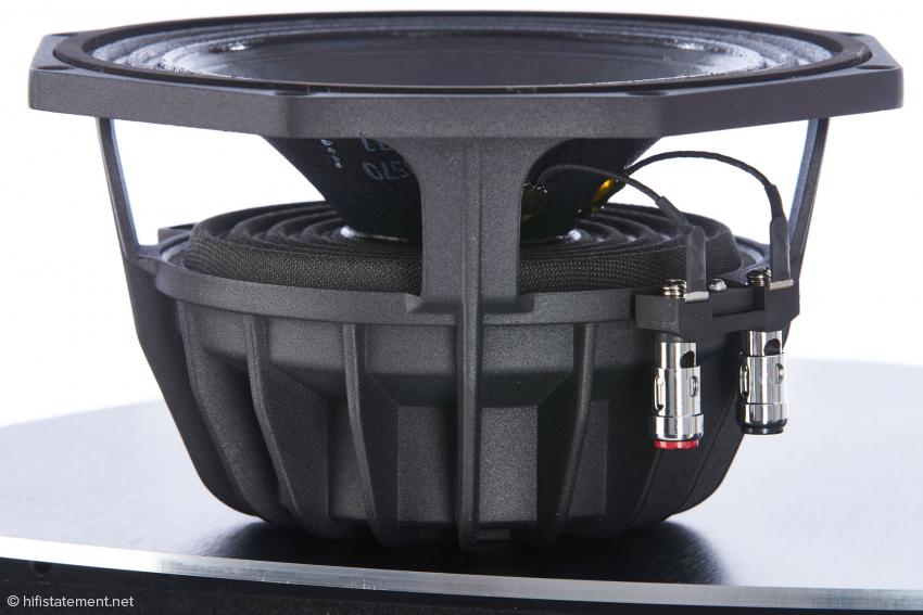 Imposant zeigt sich der beschichtete Mitteltöner aus dem professionellen Audio-Bereich. Beeindruckend ist auch sein extrem linearer Frequenzverlauf