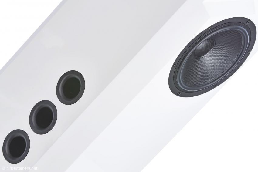 Die drei seitlichen Bassreflexöffnungen sind bei der zweiten Box für eine optimale Anpassung an den Hörraum spiegelverkehrt angeordnet