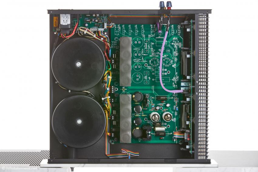 Das Baukastensystem: Die P14 ist mit der gleichen Anzahl Trafos, Siebelkos und Endstufen-Transistoren ausgestattet wie die große Stereoendstufe P11, kommt aber mit einer Eingangs- und Treiberstufe aus