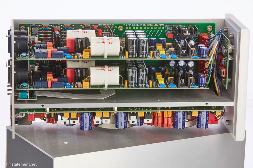 The power supply circuit board is separated by a thick aluminum plate from the two boards for signal processing and those carrying the controller section