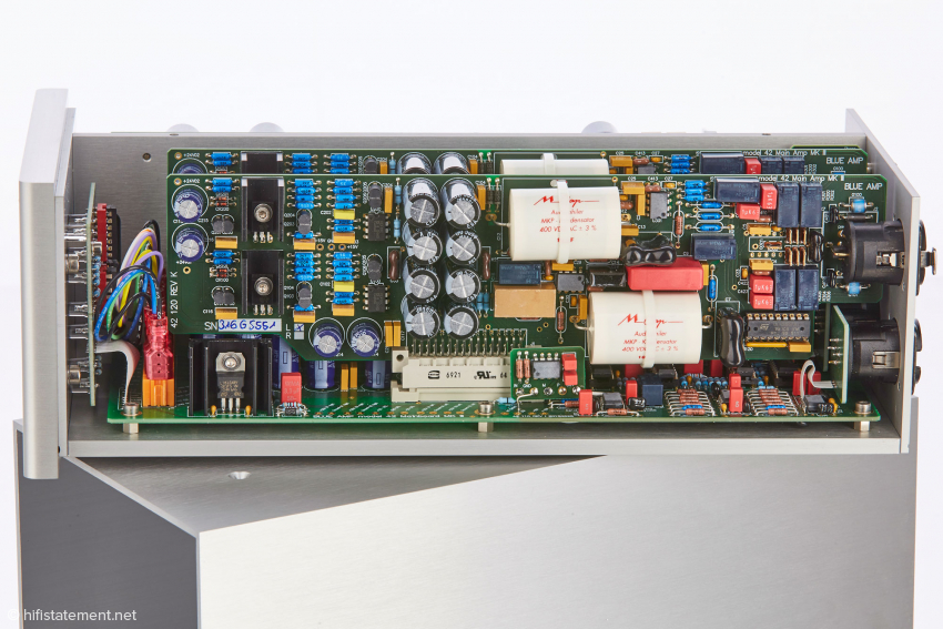 The signal processing circuit board – here to be seen the one of the left channel - is equipped with components of highest quality from i.e. Vishay and Mundorf