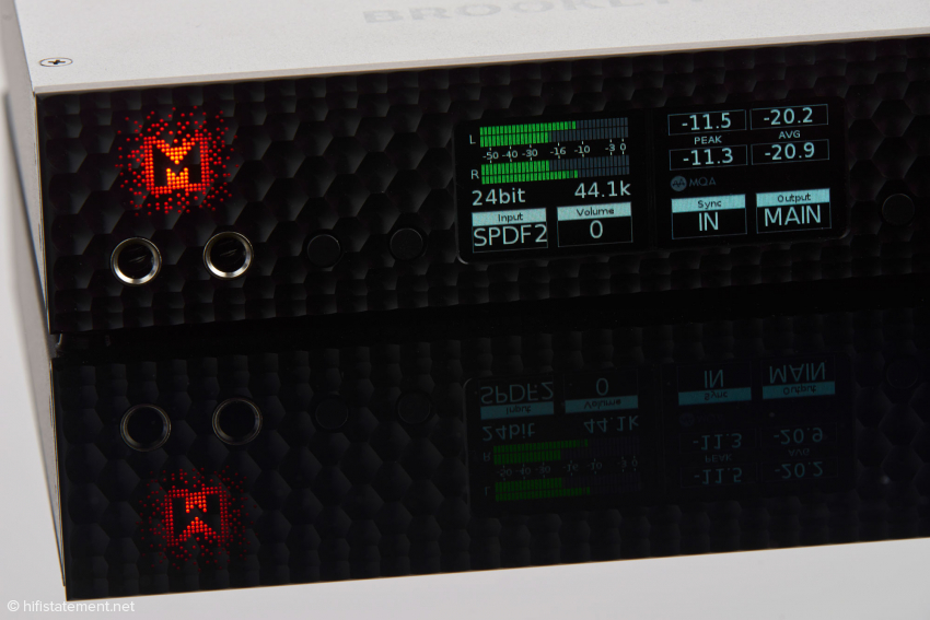 The success of the Stereo 192-DSD-DAC has given Mytek more self-consciousness. The top cover and the front panel are now emblazoned with the company logo; the one on the front has coloured back-lighting. The LED's shade can be determined by the user.