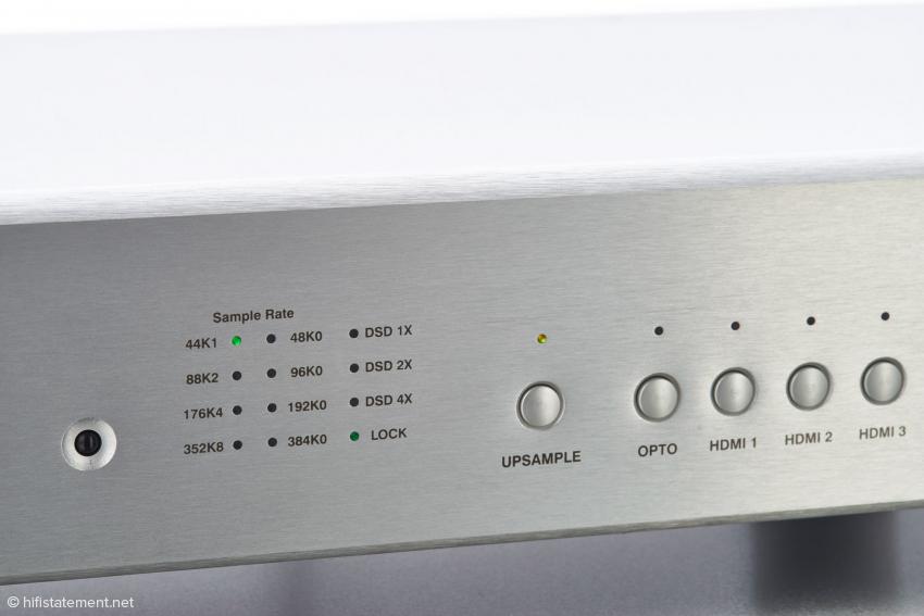 Je eine grüne LED zeigt das digitale Signalformat und die Bereitschaft (Lock) an. Links ist der Empfänger für eine optionale Infrarot-Fernbedienung erkennbar