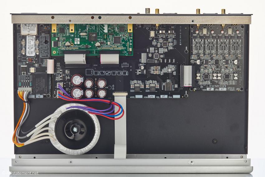 Im Inneren ist alles sauber aufgeteilt. Unterhalb der HDMI Bords, oben halblinks neben der Netzeingangsplatine, befindet sich die Platine mit den USB Eingängen und den Control-Anschlüssen