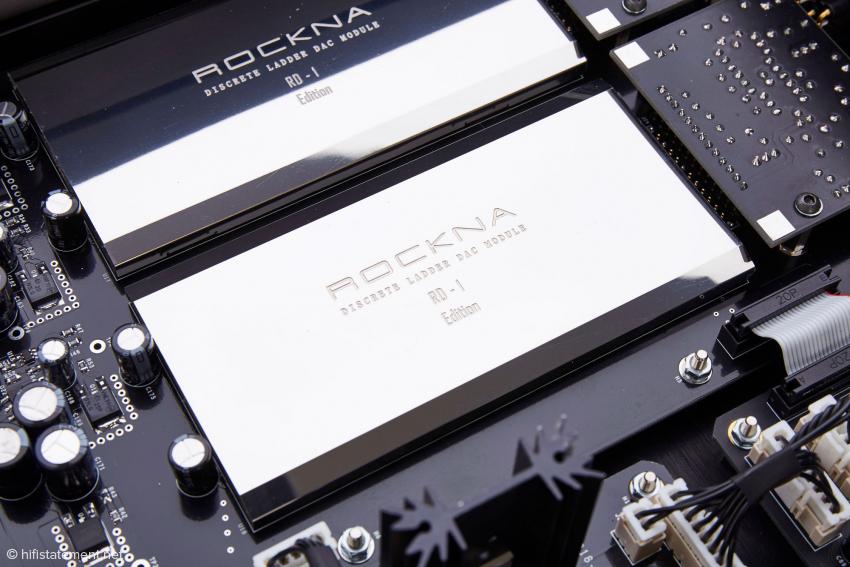 Die Module mit den Widerstandsleitern fertigt Rockna selbst. Jedes von ihnen beherbergt auch einen FPGA