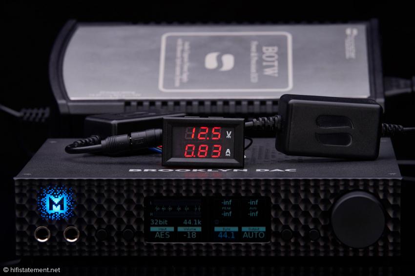 Der Brooklyn verbraucht, wenn kein Kopfhörer angeschlossen ist, exakt 10,375 Watt. Der iKnow, das kleine Messgerät, sollte allerdings wieder aus der Zuleitung vom SBooster entfernt werden, wenn es darum geht, bestmöglich Musik zu hören