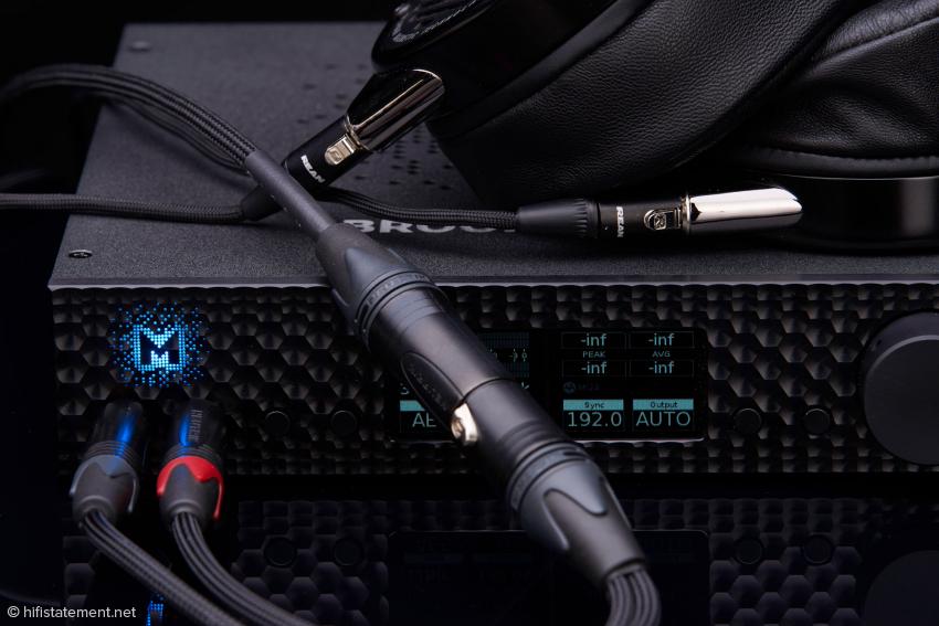 Der Kabeladapter von Mytek erlaubt den symmetrischen Anschluss eines Kopfhörers an den Brooklyn: klanglich empfehlenswert