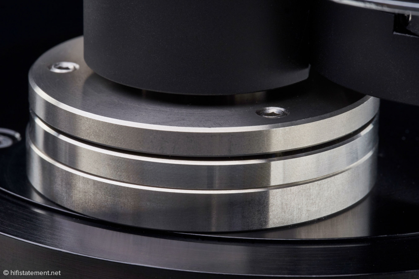Regardless of the armboard or base, the bearing plane of the tonearm can be aligned here