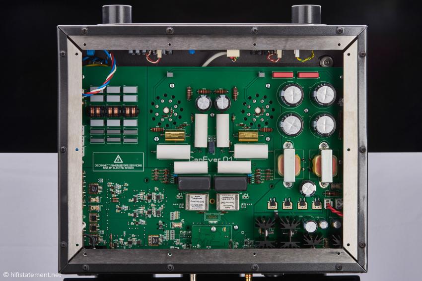 Das große vierlagige Motherboard: links das Netzteil für die Röhrenausgangsstufe, in der Mitte die Röhrenausgangsstufe, oben darüber von der kleinen USB-Platine verdeckt der SABRE 9018s, rechts die übrigen Netzteilkomponenten
