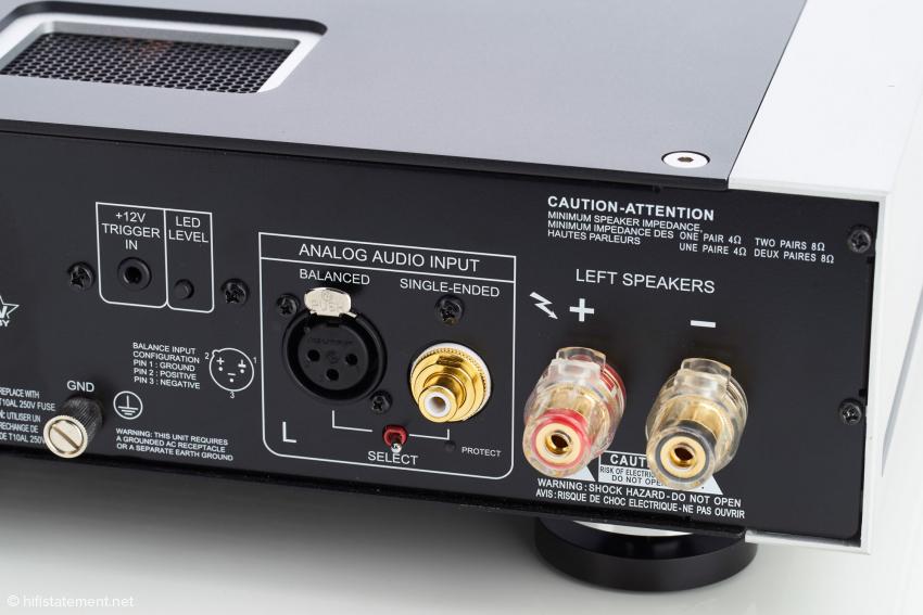Die M22 hat neben dem RCA- auch einen XLR- Eingang per Schalter zur Wahl. Sie besitzt Anschlüsse für ein Paar Lautsprecher. Über die Trigger-Buchse lässt sich ein Steuersignal beispielsweise vom Vorverstärker einspeisen. Der LED-Schalter dient zum Aktivieren des Automatik-Modus. Bei Endstufen eher selten ist der Erde-Anschluss links unten im Bild