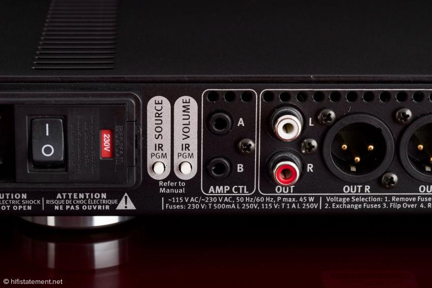 Links die beiden IR-PGM-Taster, mit deren Hilfe sich jede Infrarot-Fernbedienung zur Regelung der Lautstärke und zur Wahl eines der sechs Eingänge zu am Director programmieren lässt
