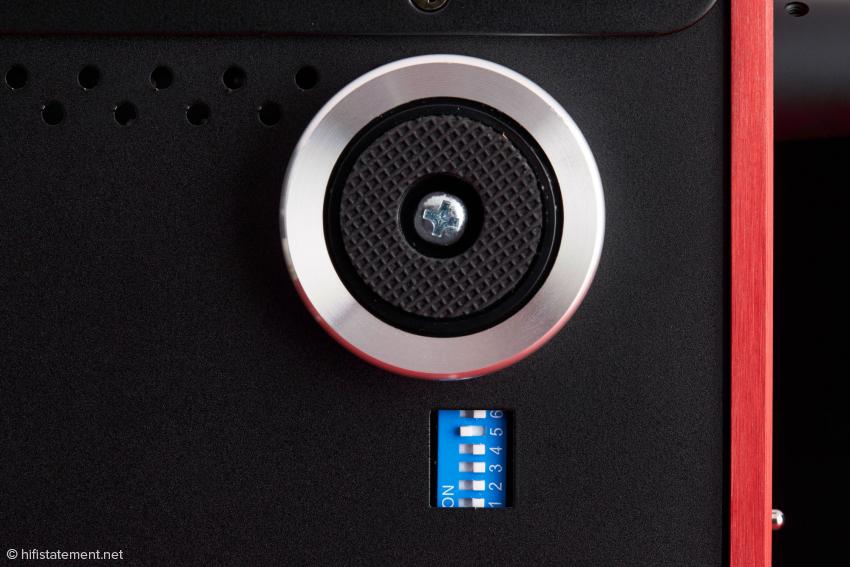 Eines der vier Standbeine und der DIP-Schalter. Hier lassen sich diverse Grundeinstellungen vornehmen