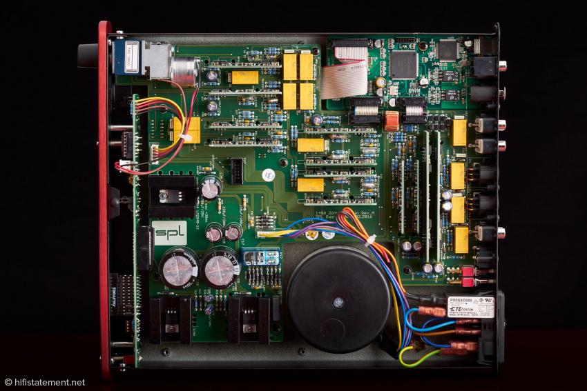 Oben rechts befindet sich die separate Digital-Platine. Die gelben Bauteile sind Relais von Panasonic. Links unten zwischen Frontplatte und der dahinter parallel montierten Platine kann man auf dieser den kleinen Fernbedienungs-Chip von SIS erkennen