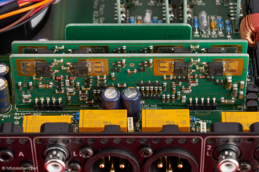 Die Voltair-Treiber-Platinen sind etwas größer als die dahinter liegenden OP-Amps