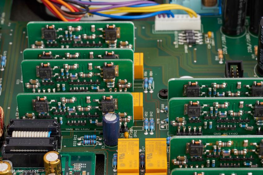 Rechtwinklig zur Hauptplatine hier ein Teil der Voltair Operations-Verstärker-Boards