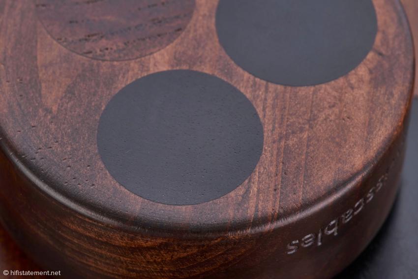 Die dunklere, fast schwarze Holzsorte könnte Ebenholz sein