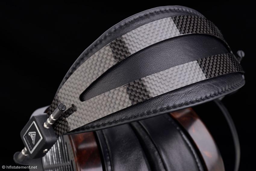 Für den Vierer wurde ein neues, komfortableres Kopfband entwickelt. Die Kohlefaser-Leder-Konstruktion besitzt eine größere Auflagefläche als die bisher in der LCD-Serie übliche. Keine schlechte Idee bei einen Gesamtgewicht von etwa 680 Gramm ohne Kabel