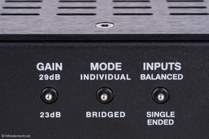 Neben dem Wahlschalter für normalen und gebrückten Betrieb gibt es noch die Wahl zwischen symmetrischen und unsymmetrischen Eingängen sowie einen speziellen Gain Schalter, mit dem die Verstärkung um sechs Dezibel erhöht wird