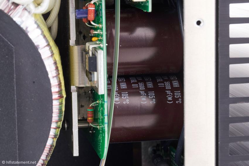 Insgesamt acht Stück dieser Elkos pro Kanal ergeben eine Pufferung von fast 90.000 Mikrofarad