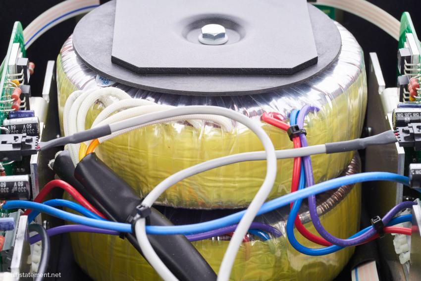 Die beiden übereinander angeordneten Trafos für die Doppelmono Anordnung der Stromversorgung