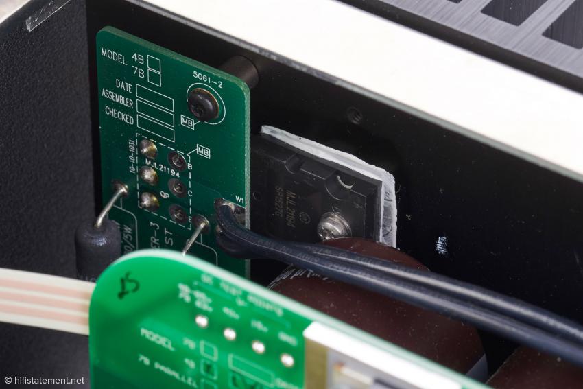 Mit guten Augen erkennt man die bipolaren MJL 21193 (PNP) und MJL 21194 (NPN) Endtransistoren von ON Semiconductor. Jeweils vier Paar pro Kanal kommen zum Einsatz