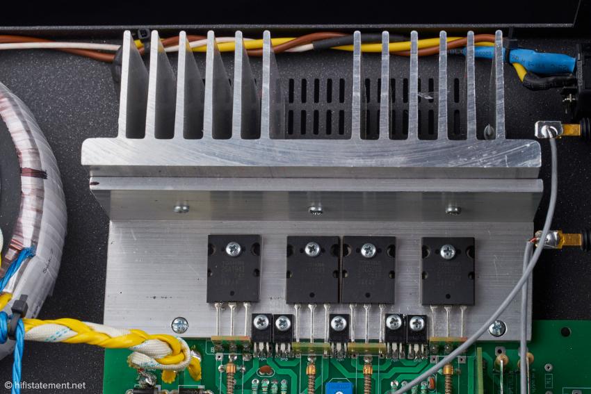 Auf den Kühlkörpern sind die Toshiba Leistungs-Transistoren verschraubt