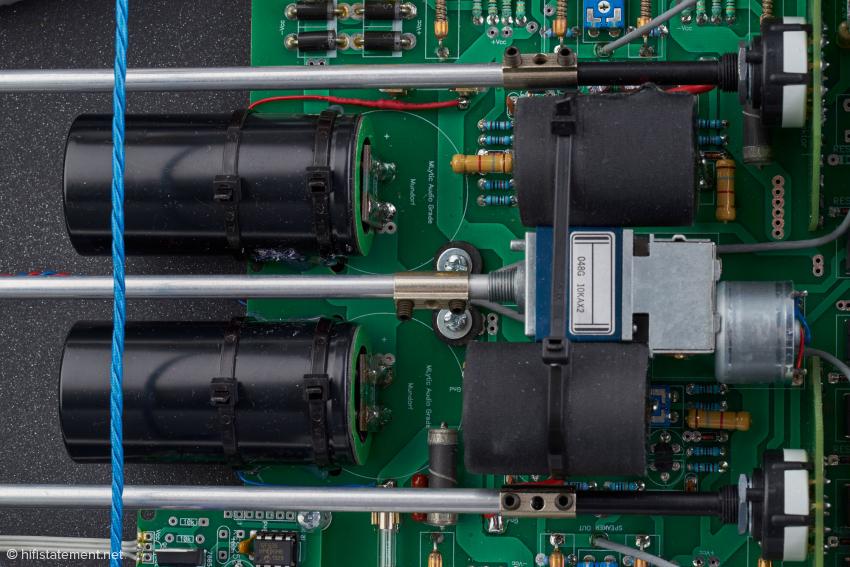 Gut zu sehen: das Alps Motor Poti RK27MC Blue Velvet und die Kondensatoren von Mundorf