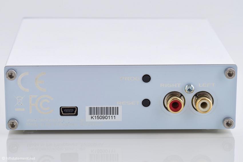 Hinter dem USB-Mini-Anschluss werden die Daten von einem Golledge Quarz mit 22.5792 und 24.576 MHz getaktet