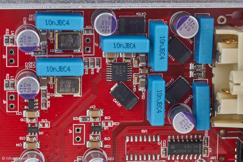 Symmetrische Signalverarbeitung, hochwertige und auch teure Bauteile, die auch fünf Mal so teuren Wandlern gut zu Gesicht stehen würden