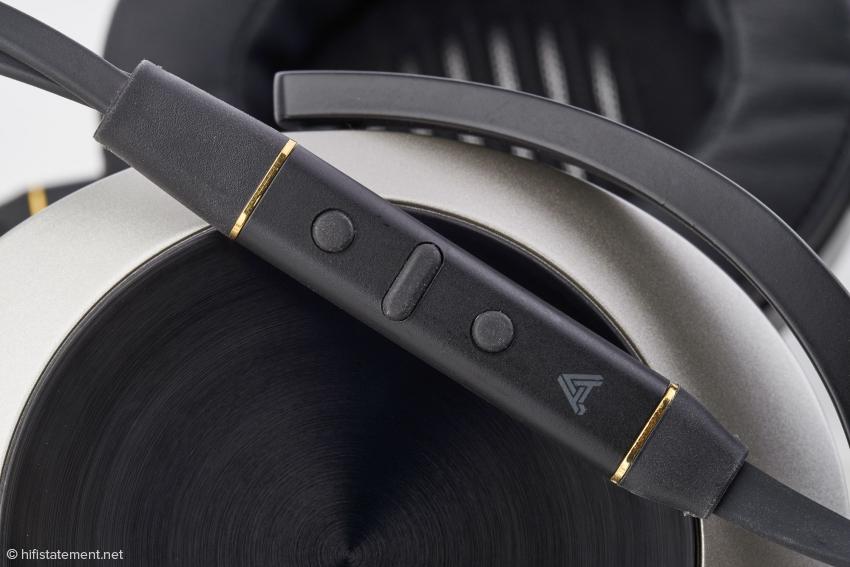 Dieses zierliche Gehäuse im CIPHER-Lightning-Kabel beherbergt einen AD- sowie einen D/A-Wandler, ein Mikrofon, einen Kopfhörerverstärker und die Bedienungselemente für die Lautstärkeeinstellung und die Steuerung des Players im iPhone