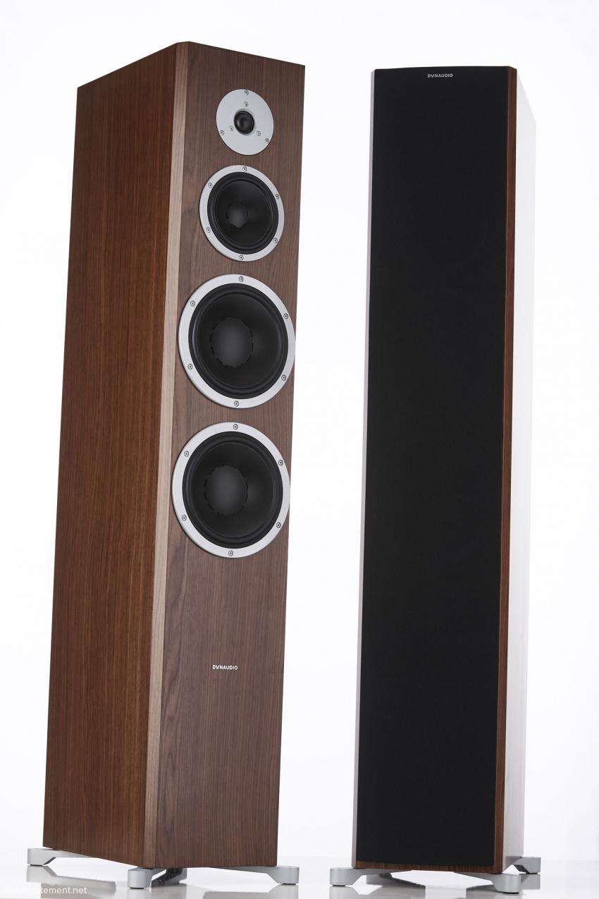 Die Excite-Serie wird mit dem Topmodell X44 erwachsen und wächst in allen Dimensionen. Rechts zu sehen die stoffbespannten Lautsprecherabdeckungen, die mittels magnetischen Halterungen fixiert werden