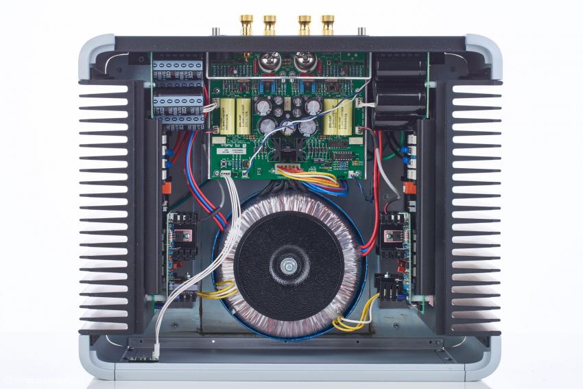 Die beiden vollständig symmetrisch ausgeführten Kanäle der Stereo-Endstufe werden bei der Mono-Version parallel betrieben