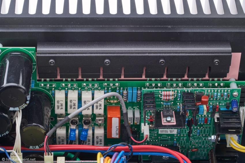 Unter der Abdeckung zur thermischen Kopplung arbeiten acht Endstufentransistoren