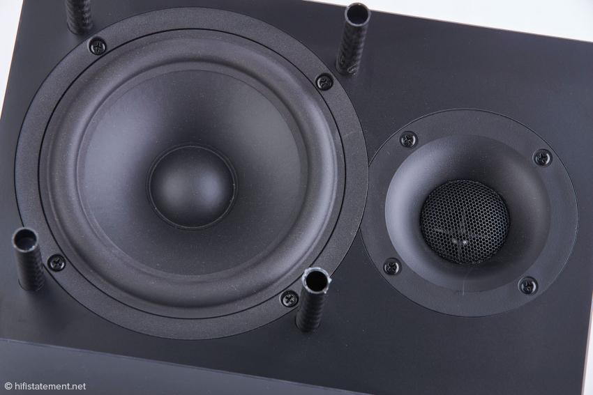 Zwei nach oben in den Hörraum abstrahlende Chassis mit spezifischen Eigenschaften bilden die Grundlage der Raumklang-Entfaltung. Vor dem Titan-Hochtöner, vor dem eine Lochmaske angeordnet ist, dient der Hornvorsatz der gewünschten Schallankopplung an den Raum