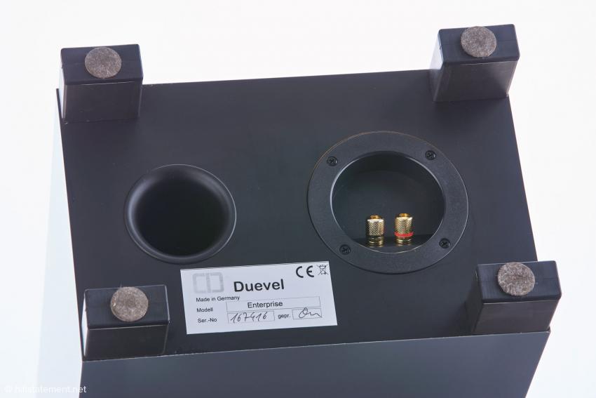 Bassreflex-Öffnung und Anschluss-Feld im Gehäuseboden. Die mit Filzplättchen unterlegten Boxen-Füße generieren einen Abstand zum Fußboden von fünf Zentimetern