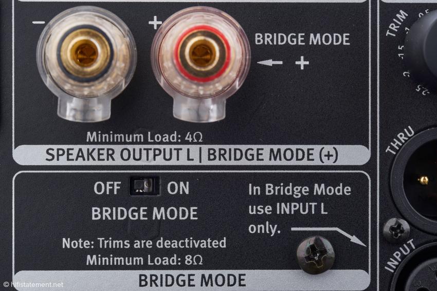 Unterhalb der linken Lautsprecher-Anschlüsse ermöglicht der kleine Schalter den Betrieb als Mono-Endstufe in Brücken-Schaltung