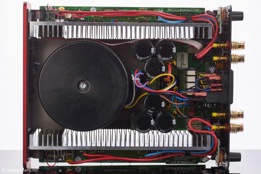 Der Blick ins Innere zeigt einen soliden Aufbau mit stattlicher Stromversorgung